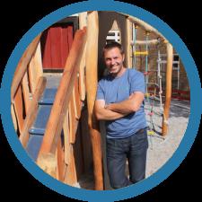 Peter Houkjær - Peter ved alt om bålhuse, og han er den helt rette, når sikkerheden, byggestyring, dialog om opgaven og alt andet praktisk er på spil.