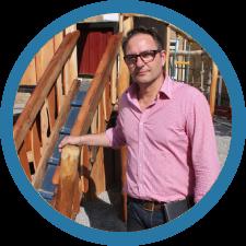 Uffe er den kreative på Den Lille Legepladsfabrik. Han hjælper dig med at finde de rigtige ideer til netop dit bålhus, og han styrer og leder også byggeriet.