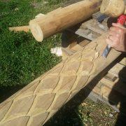 Gravering i træ til bålhytte