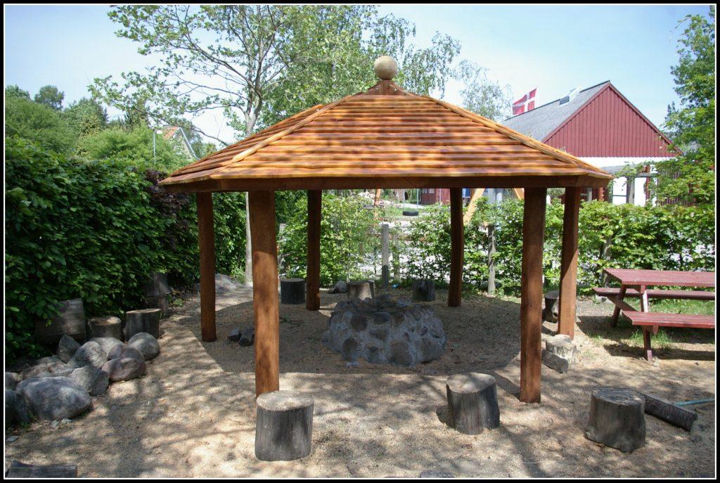 Rundt bålhus lavet i flot træ