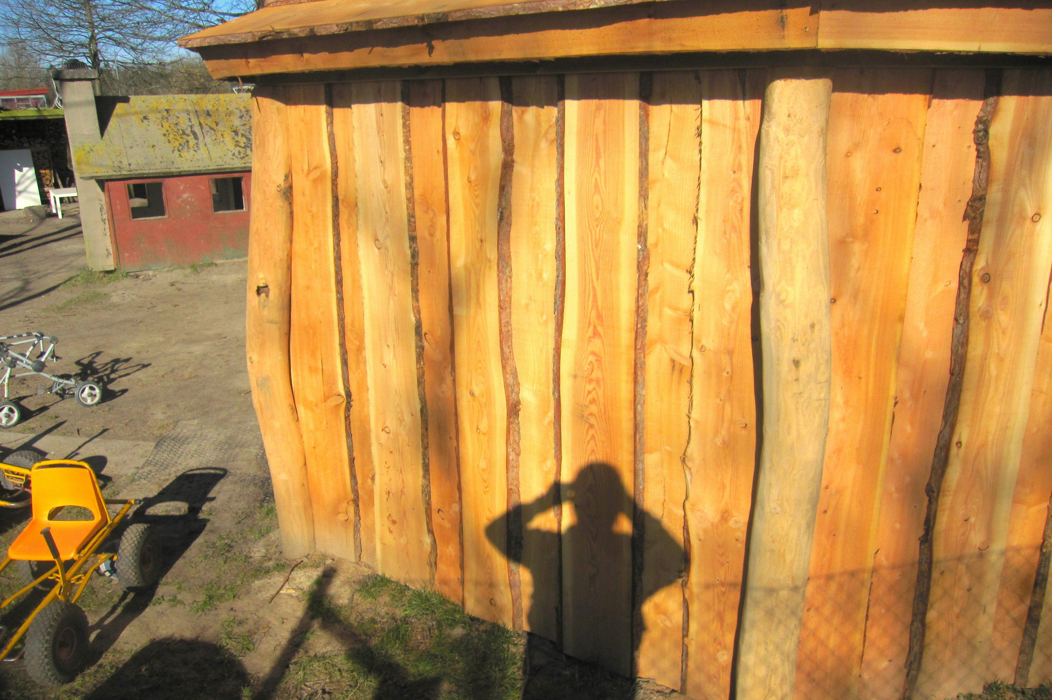 Helvæggen er opbygget i kalmarbrædder, cirka 2,5 meter.