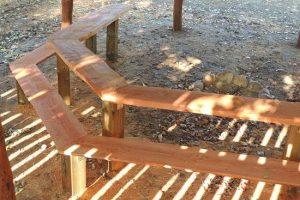 fast bord og fast bænk i træ. lavet i trykimprægneret fyr og douglas/lærk.
