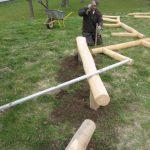 Træ pæle og en håndværker