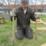 Håndværker sætter pinde op til bålhus