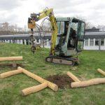 Minigraver graver huller til at sætte bålhus op