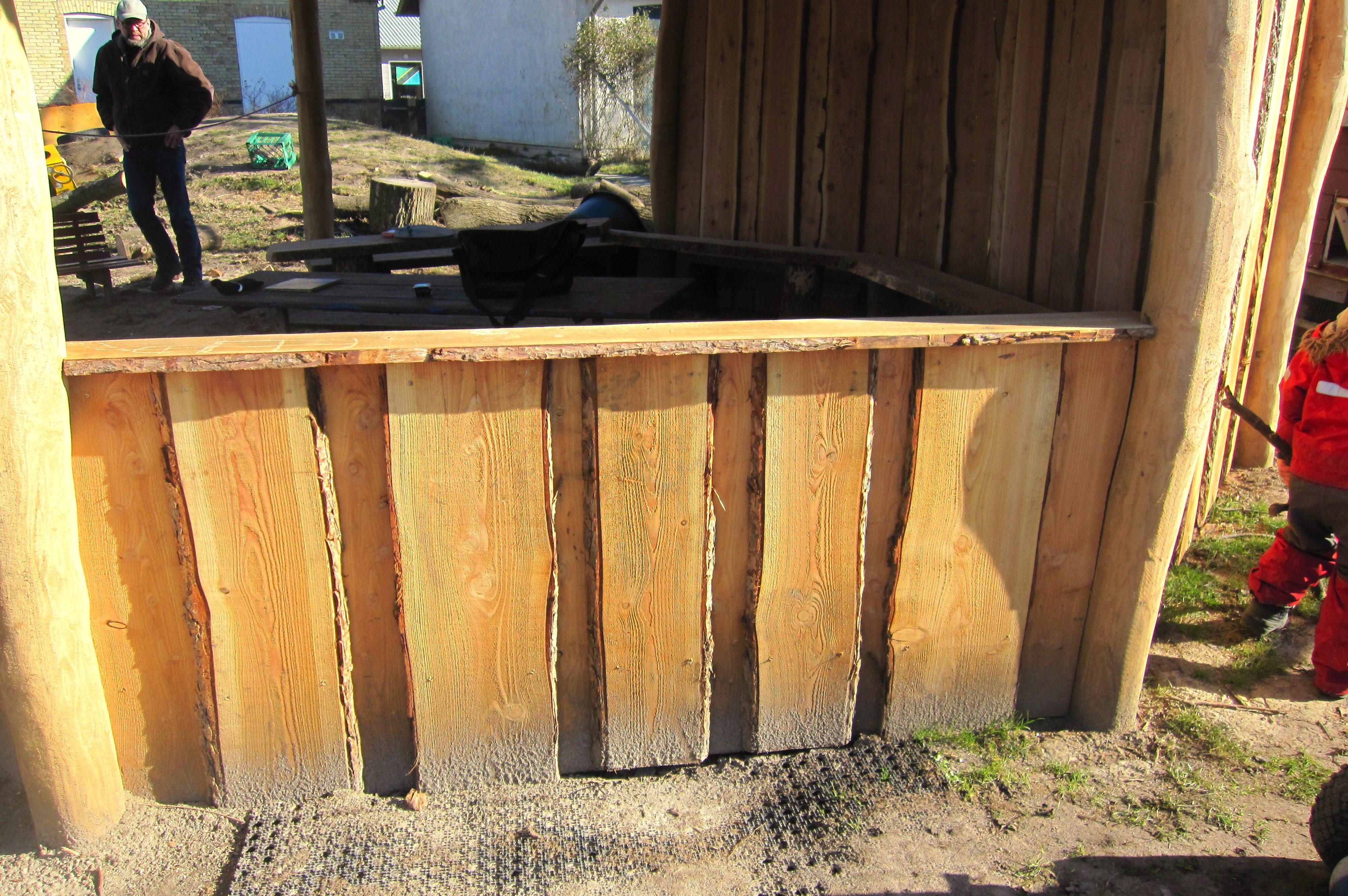 Bplhus halvæg. Halvvæggen er opbygget i kalmarbrædder, cirka 2,5 meter.